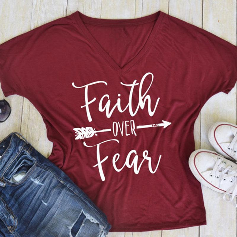 Camiseta talla grande mujer verano V cuello camiseta Casual camiseta chica fe sobre el miedo divertida letra impresa Top 2XL/3XL de gran tamaño
