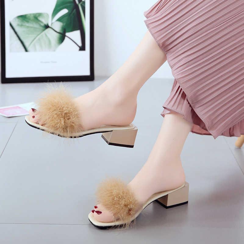 Меховой слайд Симпатичные, с перьями на квадратном каблуке с подошвой; пляжные женские сандалии шлепки для волос Для женщин домашние тапочки снаружи мягкая обувь