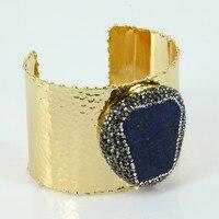 Puro lusso color oro spianare blu scuro lapis lazuli pietra di fascino pavimenta strass regolabile aperto martellato braccialetto del polsino donne