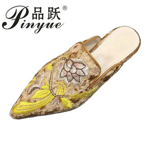 2018 Luxury Embroidery Mules For Women Pointed Toe Flat Slippers Velvet Flower Printed Slides Women Party Shoes size 34--41 insect embroidery flat mules
