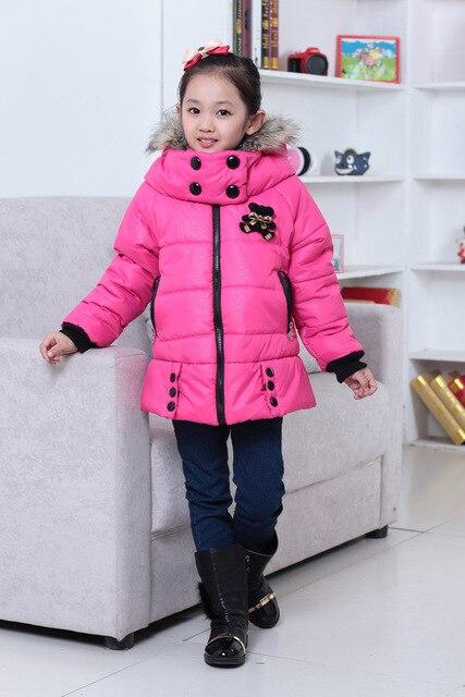Пуховик детский осенне-зимний с капюшоном, закрытым воротником на застежке и мультяшным рисунком на спине. Для девочек ростом 110-160 см. Утеплитель - хлопок и пух