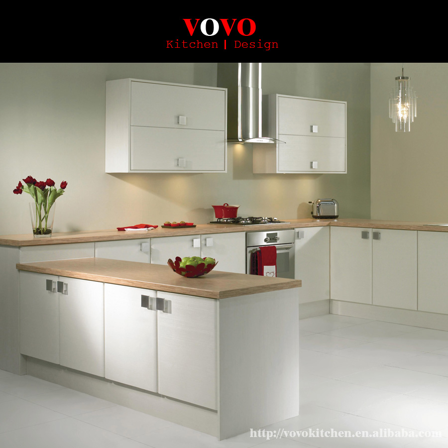 A forma di U bianco mobili da cucina con legno massello da banco in ...
