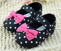 Zapatos de los bebés negro con blanco lunares y del bowtie los zapatos infantiles prewalkers niñas zapatos del pesebre antideslizante zapatillas