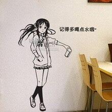 Fraco de parede menina anime vara contra o pano de fundo da parede do quarto da cabeça de uma cama no peito Akiyama mio