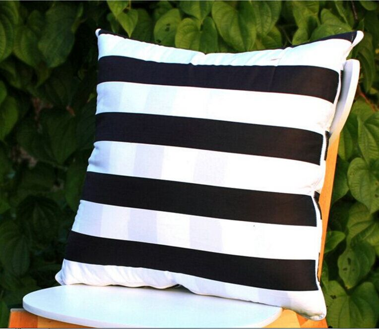 Moderno vasta strisce cuscino coperture in bianco e nero a strisce ...
