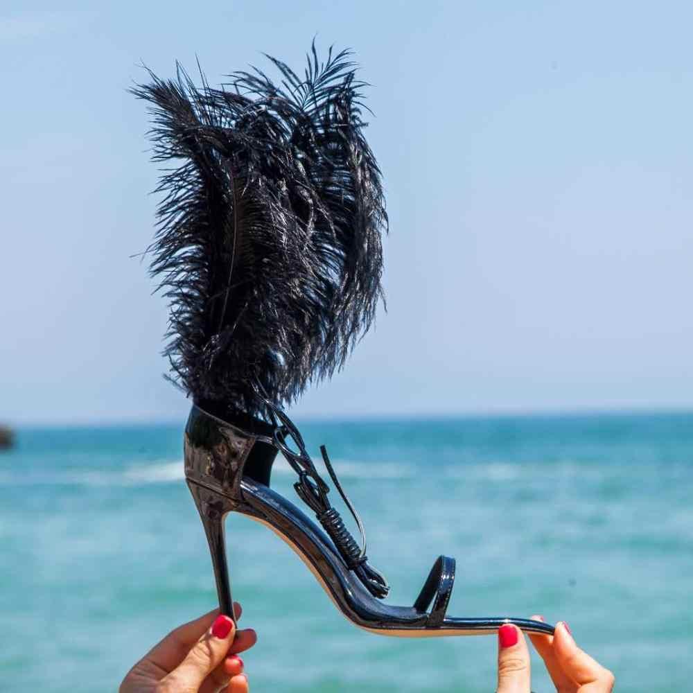 Seksi siyah tüy sandalet devekuşu saç dekor ince yüksek topuklu dans ayakkabıları bayanlar kürk sandalet parti zapatos de mujer