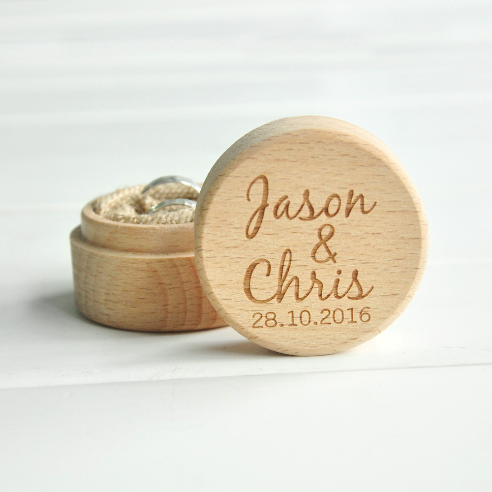 Sostenedor de la caja del anillo de madera de la boda rústica personalizada sus nombres y fecha caja del portador del anillo de boda