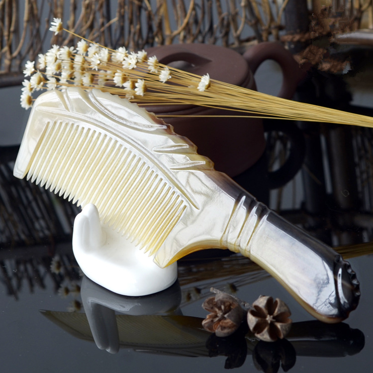 Купить с кэшбэком 1PC High-end Exquisite Carved Hair Comb Natural Pattern Large Color Horn Comb G0411
