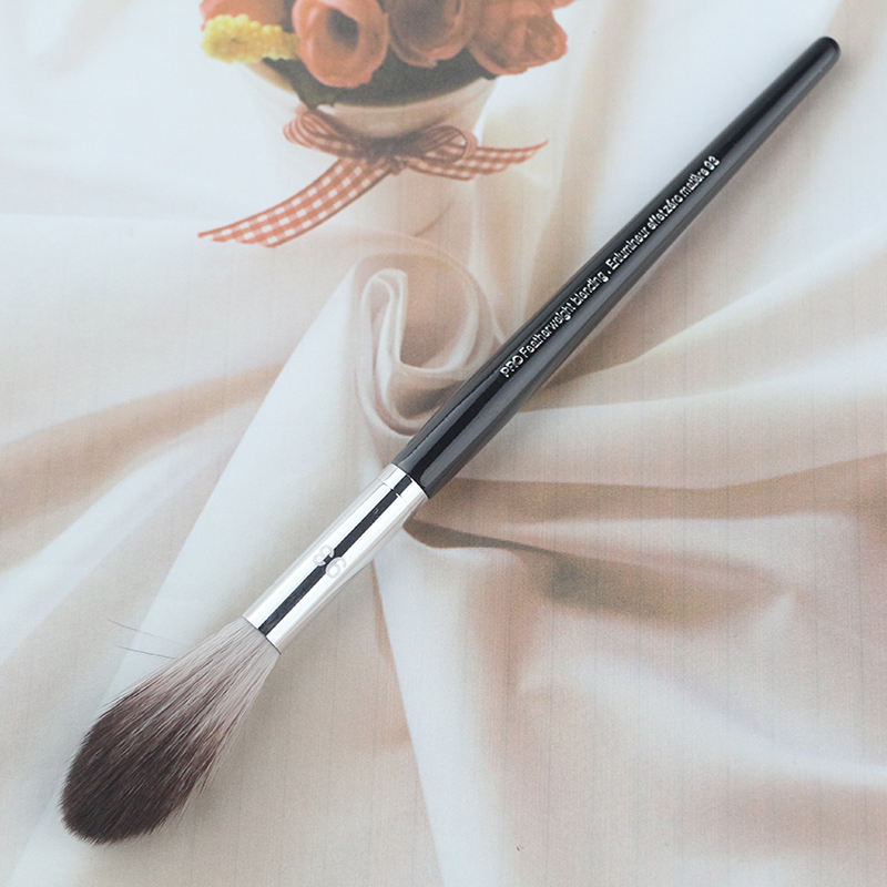 2017 New Long Wood handle Long Fine Hair Pro Feather Weight Blending Brush No.93 For Makeup Brushes