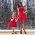 Красный кружева мать и дочь платья короткие Cap рукавом тюль родитель - ребенок платье Ruched несколько слоев прекрасный цветок девушка платья