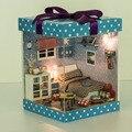 D005 quarto dos meninos Miniatura casa de boneca de madeira incluem móveis, Luz, tampa protetora contra poeira em miniatura casa de bonecas Para As Crianças Presentes Brinquedos