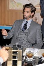 new arrival Summer Style 100% wool classic grey 2 button with peak lapel and 3 piece mens suit