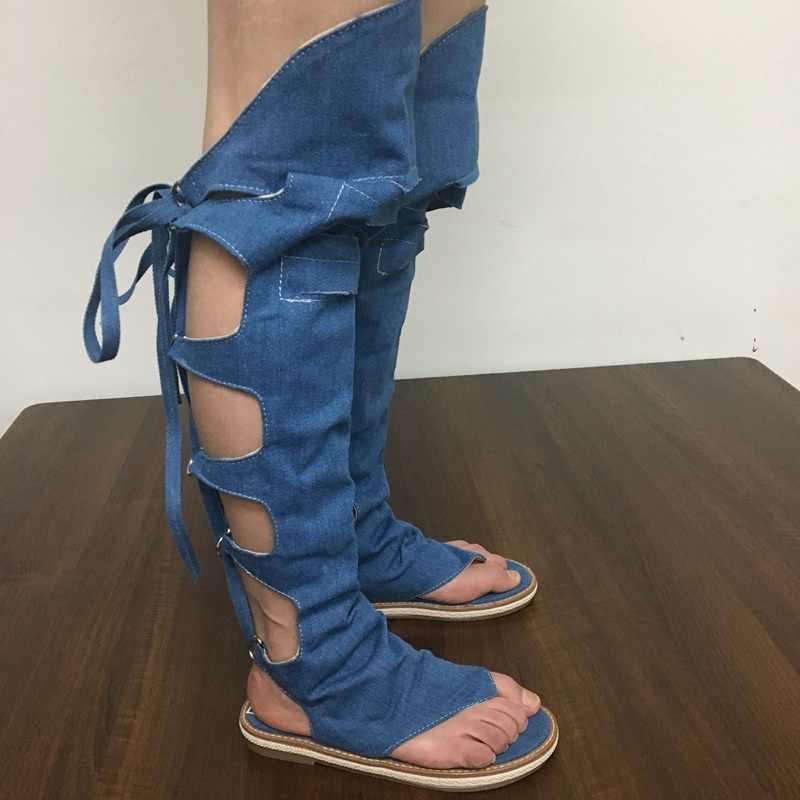 Женские джинсовые ботфорты REAVE CAT, летние босоножки на завязках с низким каблуком, популярные черные, синие и бежевые ботфорты с открытым носком, A704