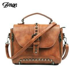 ZMQN Crossbody сумки для Для женщин Курьерские сумки 2018 Винтаж кожаные сумки Сумки Для женщин известный бренд заклепки маленькая Sac A522
