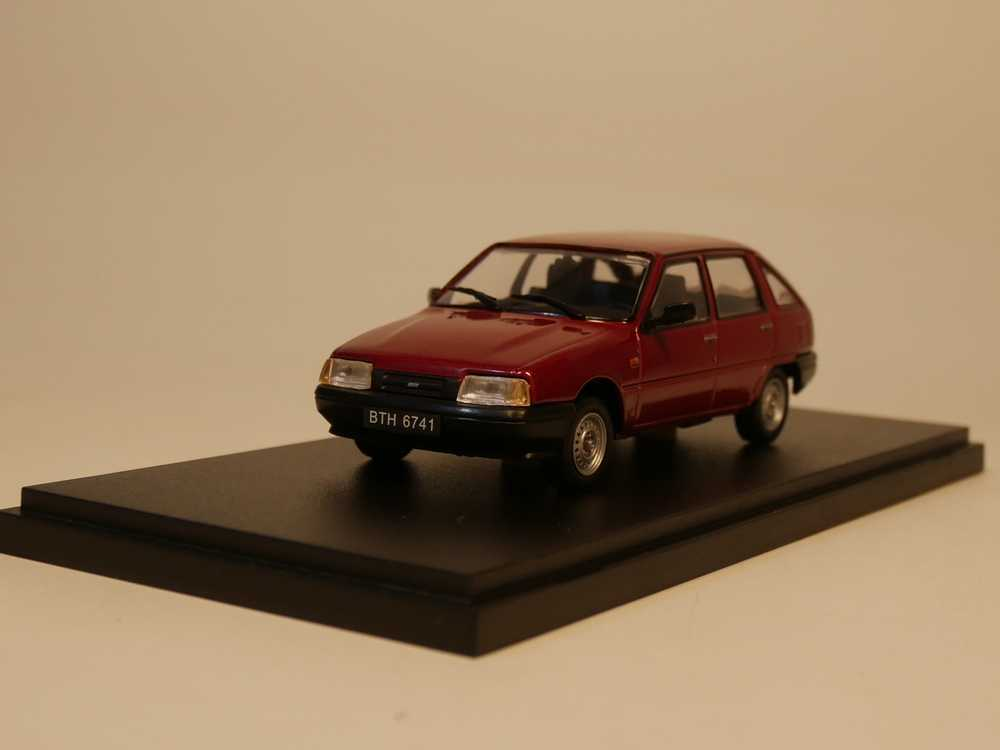 IST 1:43 IZ 2126 Diecast model car