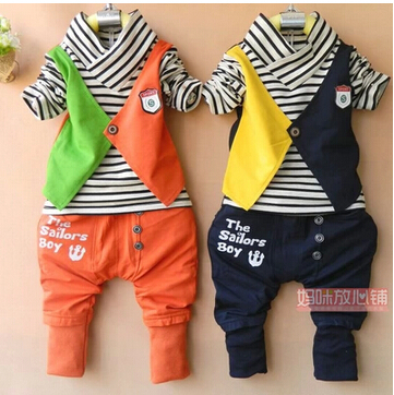 Baby Anzug im sportlichen Stil und in Grau