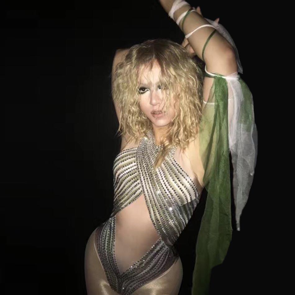 Смотреть сексуальные танцы на сцене в клубе фото 239-784