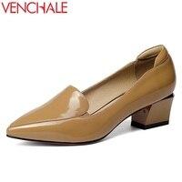 VENCHALE kadın moda orta topuk ofis bayan pompaları sığ hakiki deri sivri burun ayakkabı domuz derisi içinde kadın kalite pompalar