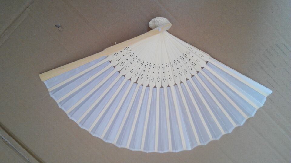 100pcs lot China New Arrived Hand Folding Elegant Silk Hand Fan Wedding Party Decoration Favors 21cm