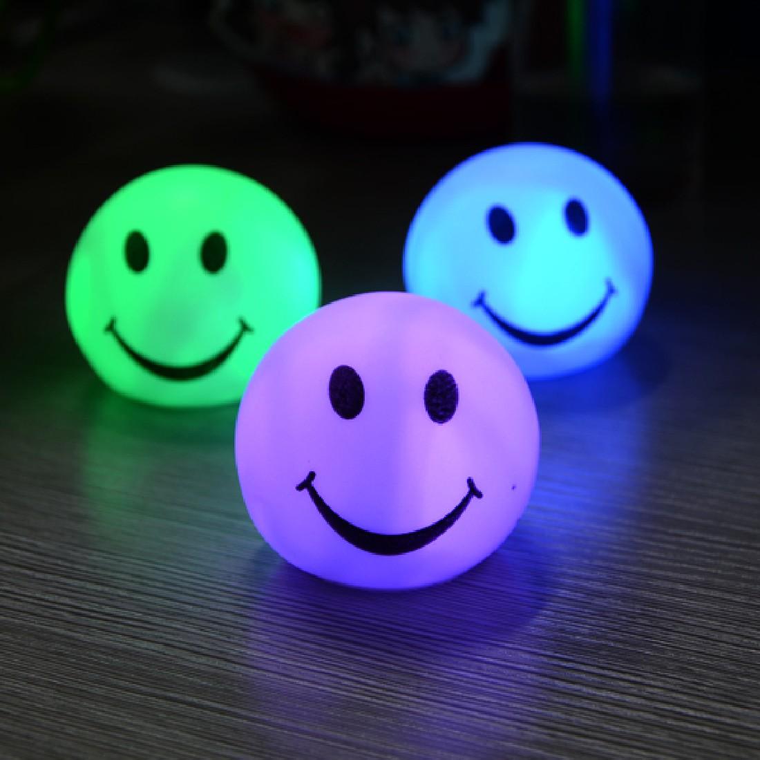 Nuevo colorido LED cara sonriente en forma de luz de la noche lámpara para la fiesta, decoración de dormitorio de regalos de boda, navidad Lámpara de mesa minimalista moderna nórdica para sala de estar bola de cristal blanco luz de mesa trípode de hierro bola redonda lechosa lámpara de escritorio lectura
