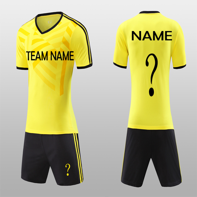 77deb8367c O Envio gratuito de Novas 2018 Camisas De Futebol Amarelo Jerseys Shorts  Pretos dos homens Conjunto