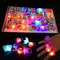 1 UNIDS Juguetes También Anillos Del Dedo Del Laser Del Dedo Del LED Luces Del Dedo Del LED Luces Mágicas Del Dedo Intermitente Juguetes de Regalo de Navidad Apoyos Del Partido FG05