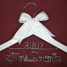 Персонализированные свадьбы вешалка, невесты подарки, Имя вешалка, вешалка невест Пользовательские свадебный подарок белый вешалка