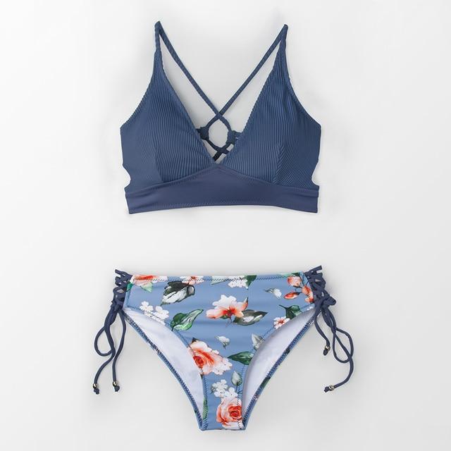 Vestido de baño bikini azul y flores escote V 3