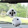 2 unids/lote Blanco Coche Colgando Espejo estilo 2.75 ''Felpa Fuzzy Dados Divertidos Accesorios car-styling Interior Adornos EA5044
