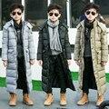 El muchacho acolchada gruesa larga chaqueta acolchada chaqueta de invierno largo en Inglaterra