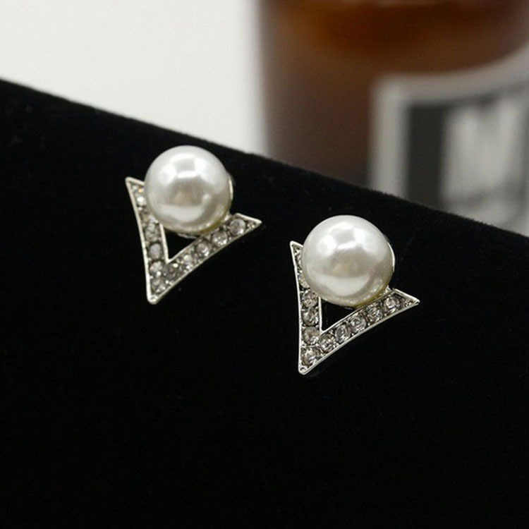 Fashion Retro White Grey Pearl Shiny Crystal Rhinestone Triangle Stud Earrings For Women Pearl Jewelry Bijoux Femme