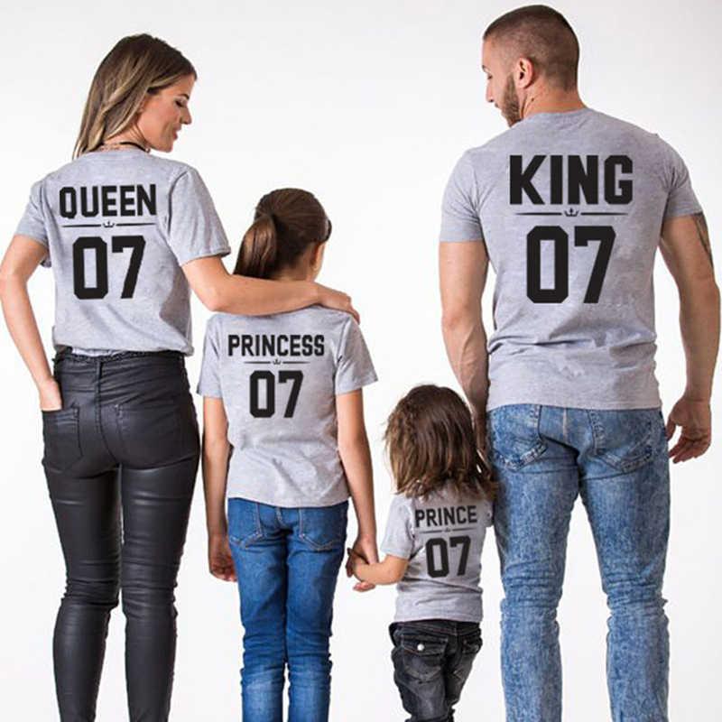 Ropa a juego de la familia de la manera Mamá y Papá Me mira la camiseta Rey reina imprimir mujer bebé niña vestido hermanas ropa de hermanos