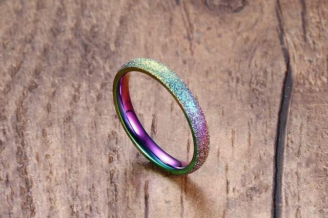 Фото модные блестящие полированные цветные кольца из нержавеющей