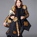 Familia ropa de invierno outwear gruesa capa mamá y bebés de la chaqueta con capucha abrigo con cuello de piel chaquetas madre e hijas
