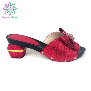 Итальянская обувь и сумка в комплекте черного цвета; комплект из туфель и сумочки для свадьбы; женские вечерние туфли-лодочки со стразами