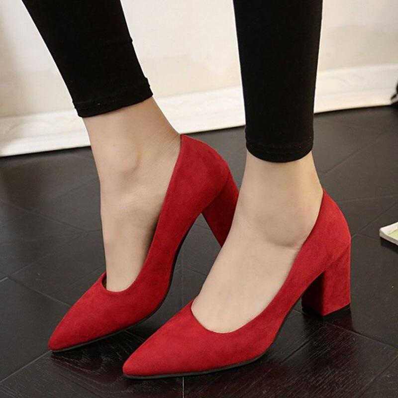 משלוח חינם משאבות 2018 מחודדת נעליים עקב עם העקב עם פה רדוד נשי נעלי כלה אדומה שחור פראי זמש נעליים