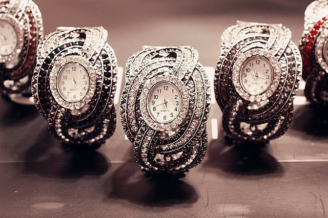 Free shipping vintage luxury dress ladies timepiece wrist jewelry ornament watches 4 color crystal quarzt