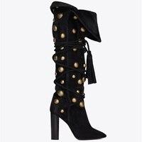 Новые стильные женские черные высокие сапоги из флока с острым носком, зимние сапоги до колена на шнуровке с золотыми металлическими заклеп