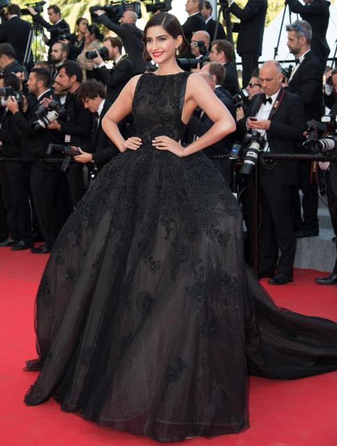 719a79118e1 Sonam Kapoor in Cannes Film Festival Ball Gown Evening Dresses Backless  Lace appliques Organza Red Carpet Celebrity Dresses