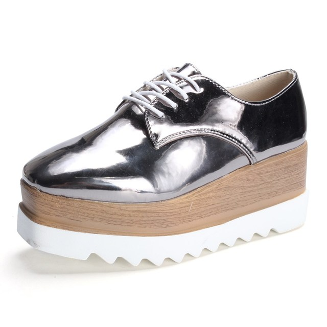 Zapatos de plataforma mujeres punta estrecha, zapato plano con cordones color de plata estilo retro.