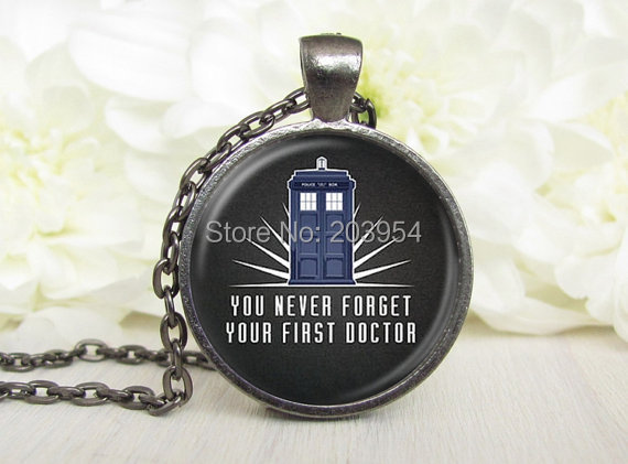 Vintage Steampunk Movie Dr Doctor Who Words Never Forget Tadis Police Box Necklace 1pcs/lot Bronze Steel Glass Pendant Jewelry image