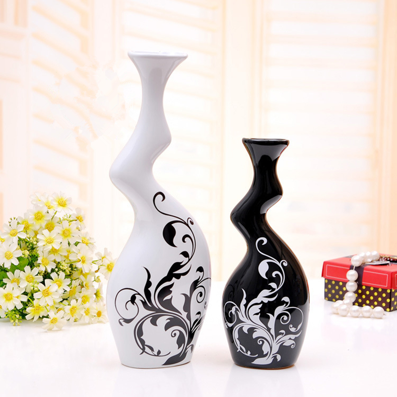 Traditional Chinese Home Furnishing Ceramic Ornaments Black and White Color Decoration Pottery Twisted Vases with Flower PatternTraditional Chinese Home Furnishing Ceramic Ornaments Black and White Color Decoration Pottery Twisted Vases with Flower Pattern