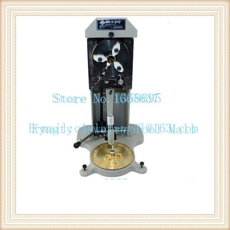 Graveur d'anneau, machines de bijoux à l'intérieur de la Machine de gravure d'anneau, une plaque de lettrage et une pointe de diamant avec une tête de gravure de plus