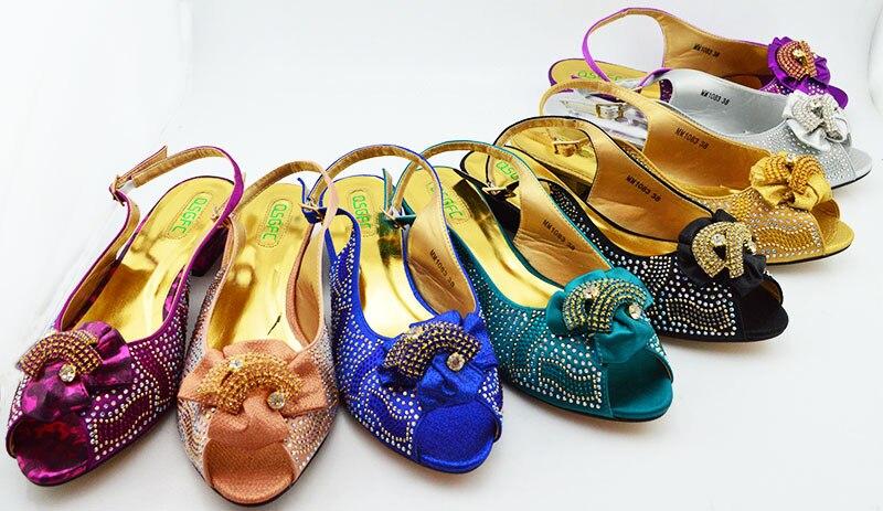 Nieuwe Collectie Paarse Kleur Afrikaanse Vrouwen Bijpassende Italiaanse Schoenen en Tas Set Versierd met Rhinestone Italiaanse Dames Schoen MM1083-in Damespumps van Schoenen op  Groep 3