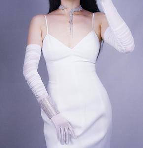 Image 2 - Vrouwen Mode Gevouwen Wit Zwart Kleur Lange Mesh Handschoen Vrouwelijke Sexy Elegante Vintage Touchscreen Lange Zonnebrandcrème Handschoen R731