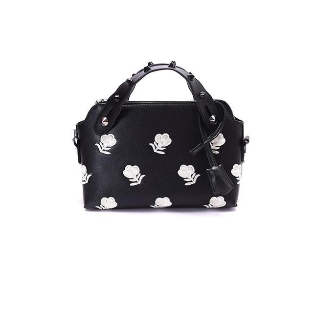 6e0dd9e549e4 2017 корея мода Заклепки женщин сумки Вышивка цветок плечо сумки высокого  качества искусственная кожа crossbody сумки
