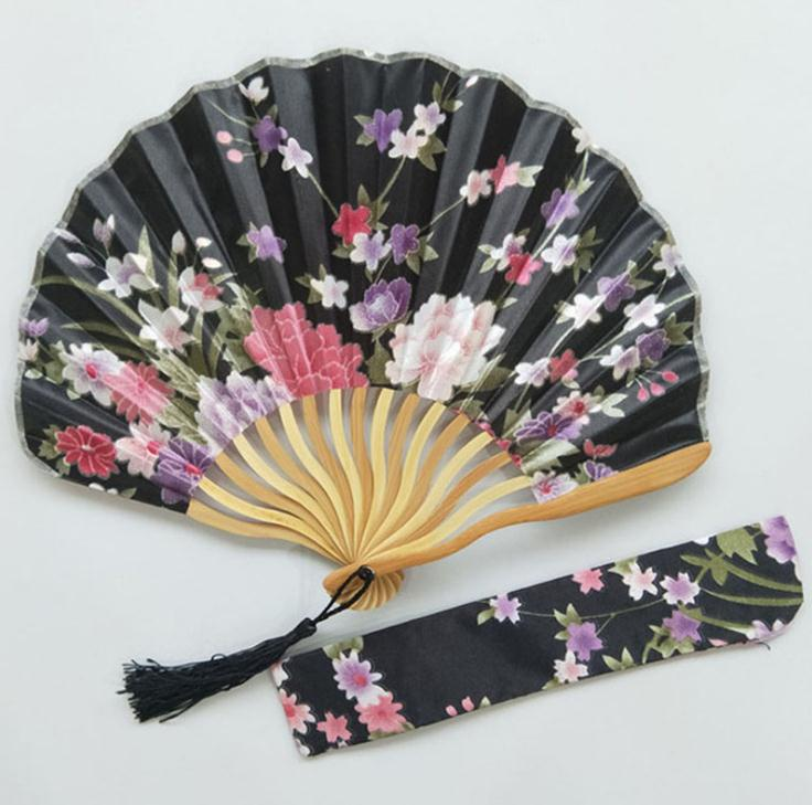Freies Verschiffen 100 stücke Personalisierte Kirschblüte Design Runde Tuch Falten Hand Fan mit Geschenk tasche Hochzeit Geschenke für Gäste-in Dekorative Lüfter aus Heim und Garten bei  Gruppe 2