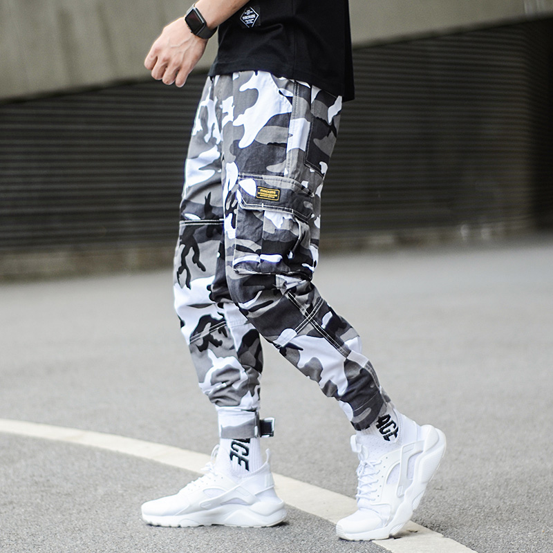 3128de8a42b9d Moda camuflaje Punk estilo hombres Jogger pantalones Youth Streetwear Hip  Hop Jeans hombres gran bolsillo Cargo pantalones Harem Homme