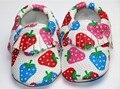 Wow tão bonito padrão de morango pu sapatos de couro mocassins de couro do bebê moccs baby first walkers macio sapatos infantis 0-24 m