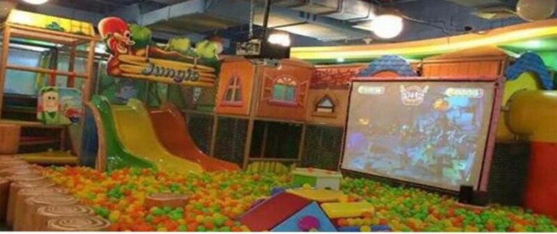 Frappez le terrain de jeu de piscine de boule d'intérieur d'enfant de boule avec le jeu interactif de système de projecteur